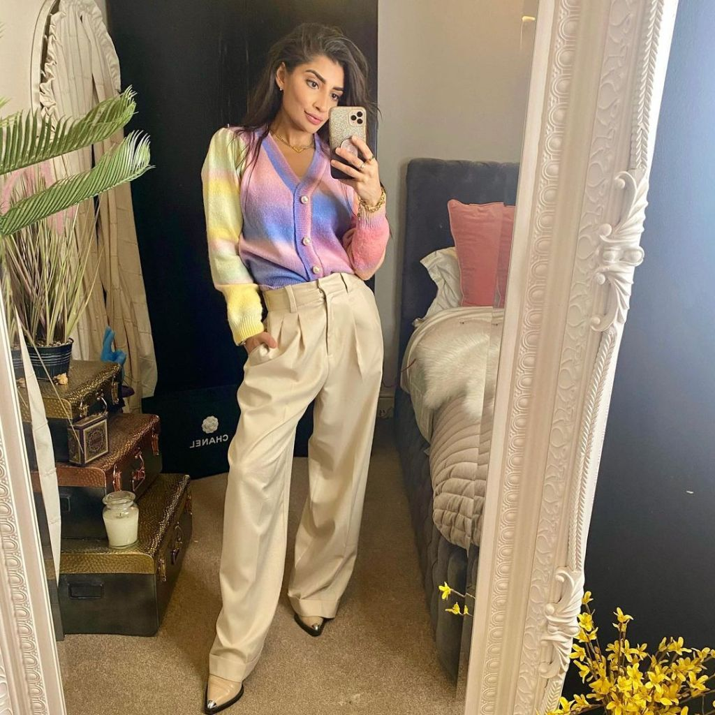 annie_m786 in wide legged trousers