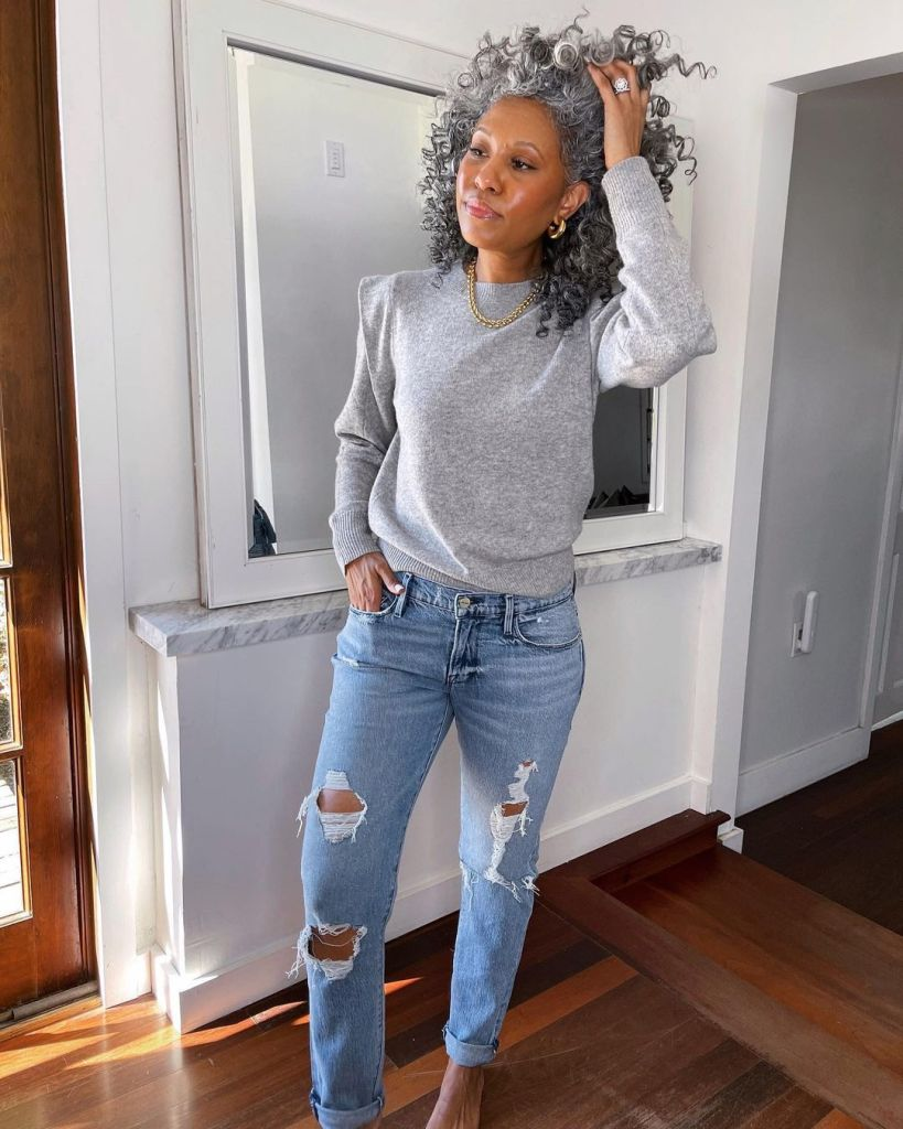 thetennillelife_ in a grey sweater and ripped jeans