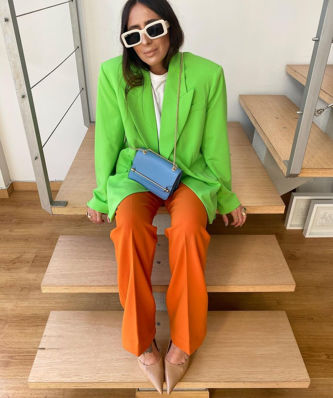 @laura_eguizabal wears neon green blazer and orange trousers.